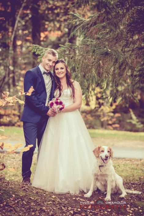 Hochzeitsfotografie, Brautpaar mit Hund, Hochzeitsfotografin Niederbayern