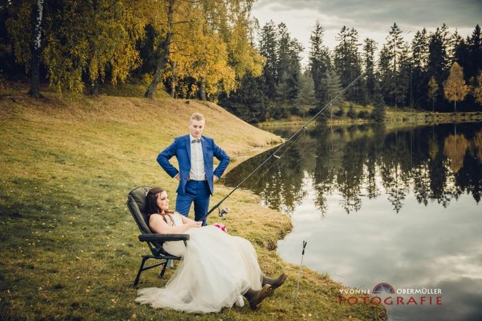 Hochzeitsfotografie, Brautpaar mit Angel, Fischen, Hochzeitsfotografin Niederbayern
